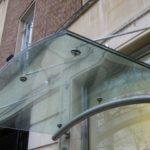стеклянные козырьки над входом